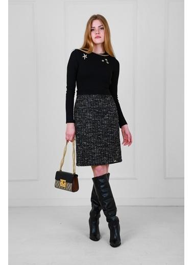 JEANNE D'ARC Eteği Dokulu Kumaş Üstü Örme Yakada Aksesuar İşlemeli Elbise  Siyah